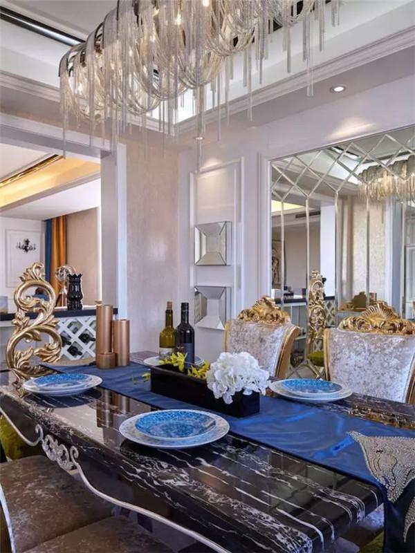 石材餐台颜值和实用性兼具,金属链灯具在镜面背景的配合下显得更加奢华。