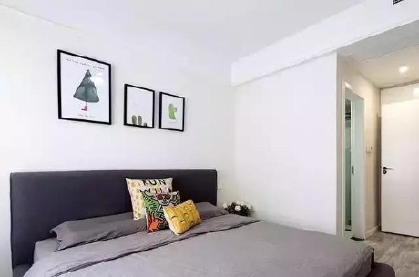 ▲卡通的挂画和抱枕,给卧室注入了活力。