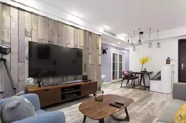 ▲拆下的旧地板以全新的姿态保留了下来,作为电视墙,独特的木质纹理,能带给人更多视觉上的冲击,别有一番风味。