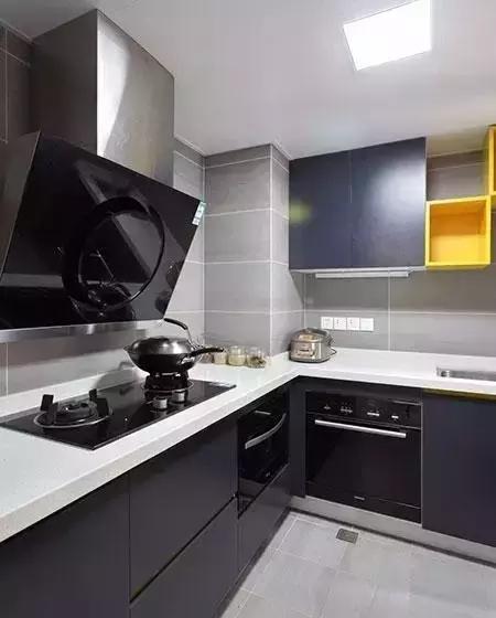 ▲深蓝色的厨柜显得高雅、华丽,但并不会给人高高在上的感觉,冷色调的设计,带走炎热。