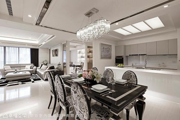 开放的餐厨区,是与亲友围聚的小小天地,而新古典的图腾家具与灯具,让主题更加明确。