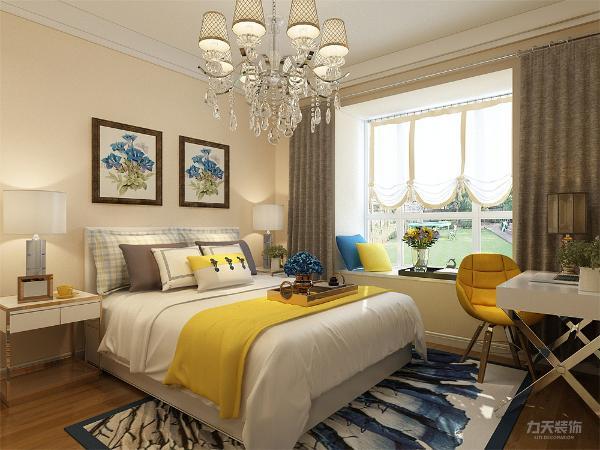 卧室顶面做了叠级石膏线,铺设复合木地板,墙面和客厅一样,淡黄色乳胶漆,挂了两幅清新挂画