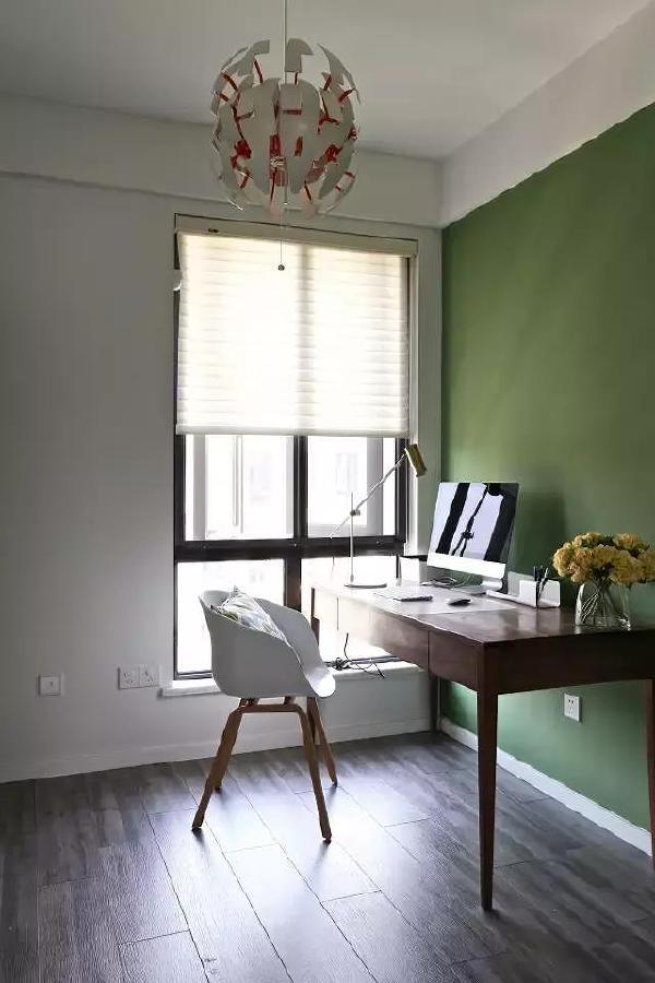 ▲ 书房里的一面墙被刷成了绿色,可以让人保持平静的心态,同时也有助于缓解眼部疲劳。