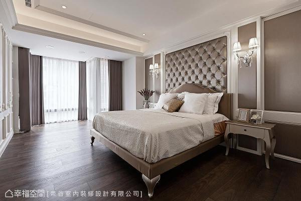 主卧的设计上,勾勒新古典的浪漫神采,以法式拉扣绷皮板搭配线板及灯饰,演绎属于屋主的优雅品味。