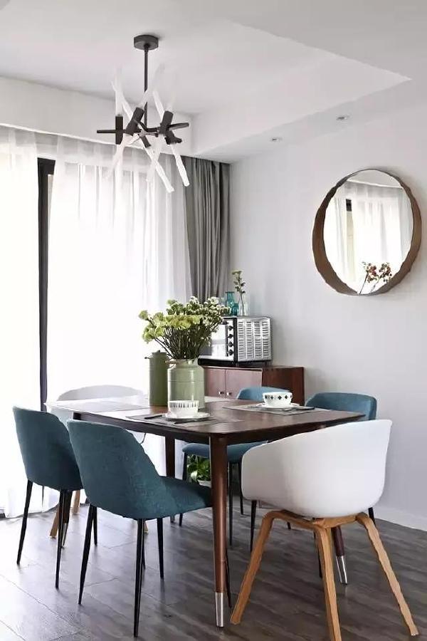 ▲ 不同颜色椅子的混搭方式,是近几年比较流行的餐厅装饰方法,让餐厅摆脱单调,充满活力。