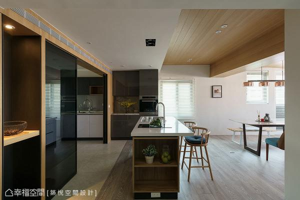 地坪铺设半抛石英砖和木地板,搭配实木贴皮天花板和黑玻拉门,无形中界定出餐厅和厨房空间。