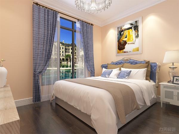 卧室四周用石膏板和石膏顶角线包边增强空间点线面的完美结合,使空间很大方,富有节奏韵律。主卧室的设计与整体设计相统一,也以简洁舒适为主