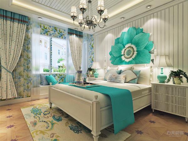 主卧色调和客餐厅一致,床头做石膏板拉缝造型,简单的装饰画来点缀,既美观又实用。地板使用深色地板,浅色的家具,布艺的碎花,整体给人一种舒适,静怡 清新的感觉。