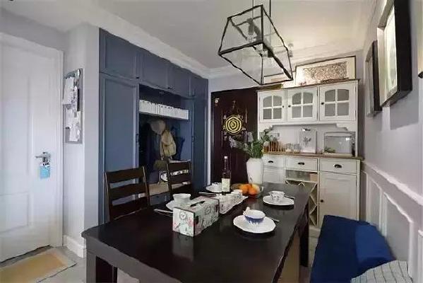 ▲深蓝色的玄关柜和白色的餐边柜,占据了餐厅的三分之二墙面,为了避免喧宾夺主的感觉,餐桌选了黑色的木餐桌,存在感很强。