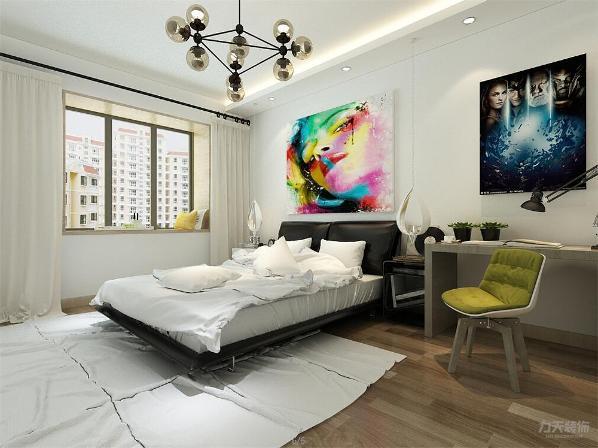 主卧室床头背景墙上挂挂画做装饰