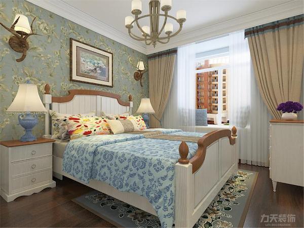 主卧采用强化复合地板,设有飘窗,顶面为两圈石膏线,应业主需求主卧为田园风格显得比较温馨