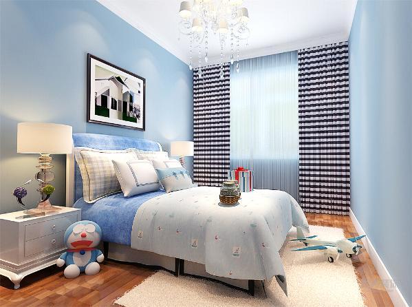 儿童卧室则以梦幻蓝为主题,墙面刷蓝色乳胶漆,再用蓝色配饰进行呼应,使得整个儿童卧室显得十分梦幻