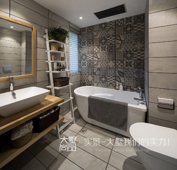 内卫空间布局借用主卧空间,采用嵌入式马桶。成品浴缸让空间更加灵动。灰色的仿古砖搭配原木台盆,花砖做浴缸背景也是一大亮点。巧妙搭置的储物架在节省空间的同时也起到了装饰的作用。