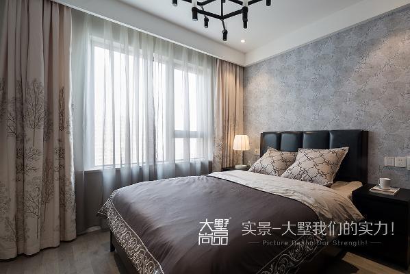 父母房延续了主卧室的风格,窗帘跟抱枕配套,墙纸、床、地板整体色调和谐统一,给人以宁静放松的感觉。