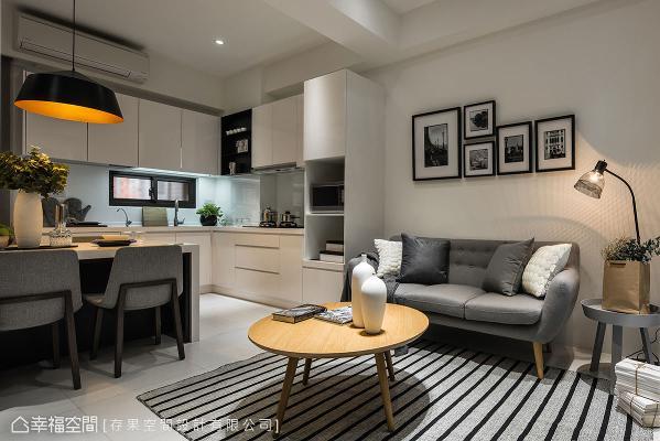 存果空间设计在开放式公共空间上,尽可能以通透的角度出发,并用白、灰及木质色调为主,勾勒场域的现代感与清爽调性。