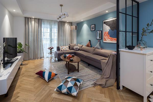 客厅没有过分使用造型元素,素雅的沙发,好看的茶几,辅以蓝色的沙发背景墙使得整个空间活泼起来。浅淡的色彩,洁净的清爽感,协调、对称的技巧,让每一个细节的铺排,都呈现出令人感觉舒适的气氛。