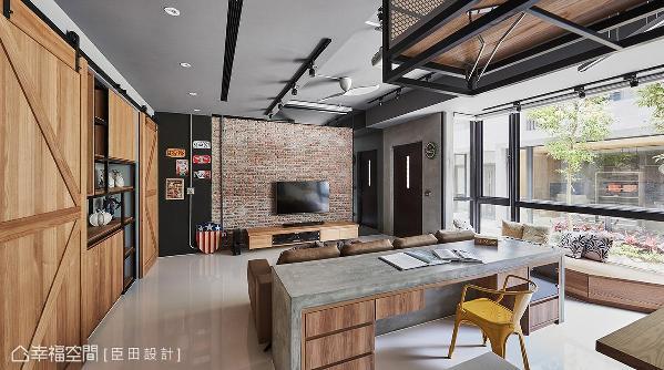大面落地窗将户外采光与景色延揽入室,搭配屋内以工业风为题的场景,让居家空间宛如咖啡厅般,充满悠闲惬意的生活步调。