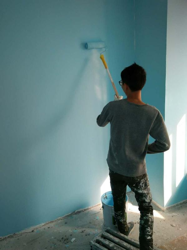 工人正在上漆