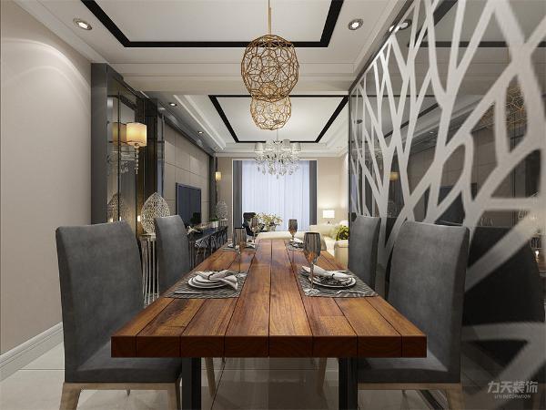 餐厅方面,黄褐色的餐桌,灰色绒布靠垫椅子。