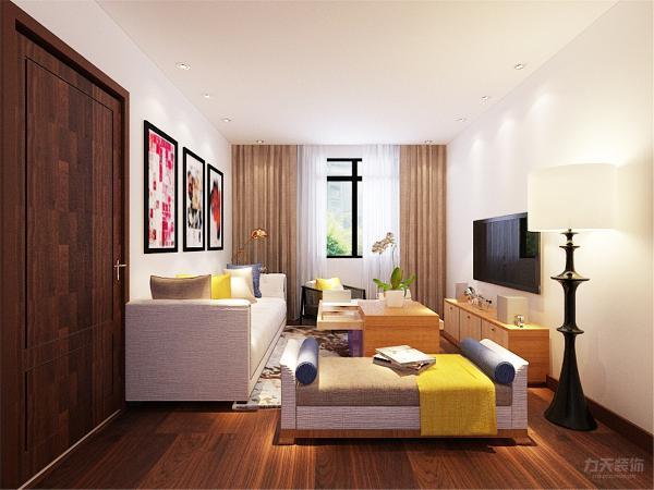 客厅沙发整体是白色和浅褐色的布纹沙发,在抱枕上使用了比较亮丽的颜色,提亮了整个空间,达到一种视觉的冲击感