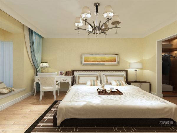 卧室整体温馨舒适,床头背景以壁纸和挂画的形式,配以白色的家具加上大飘窗充足的采光使床头增加活力。让卧室更加魅力。