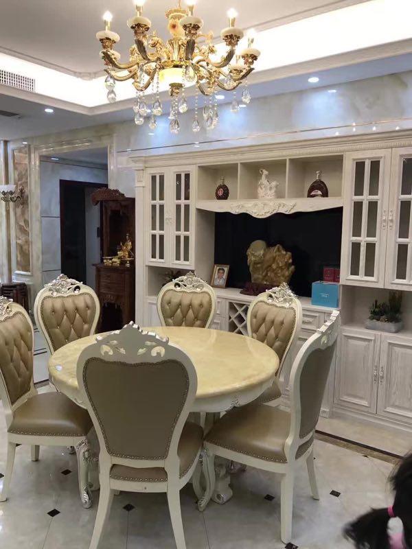 餐厅的吊灯和餐桌都是非常典型的欧式风格