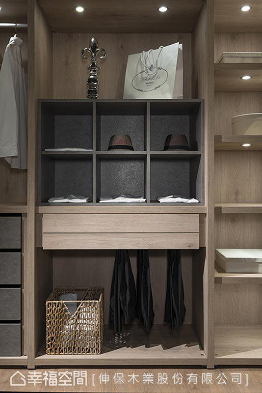 柜体内部陈设可依使用者习惯调整,除了挂杆、抽屉柜、西裤架…等,下方也会适度留白空间,让使用者收纳衣架、软件等生活小物。