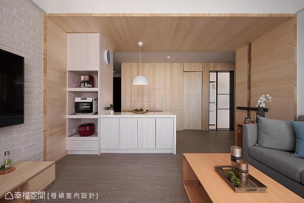 除了以隐藏手法整合壁面与卫浴门的视觉,更特别将厨房改为拉门形式,争取更多的活动空间,并采用雾玻材质让光线得以穿透。