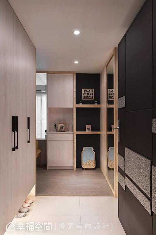 橙硕室内设计利用地坪材质与柜体设计,围塑完整的玄关意象,搭配柔和的木质色调与灯光,让人一入门就感受到纾压氛围。