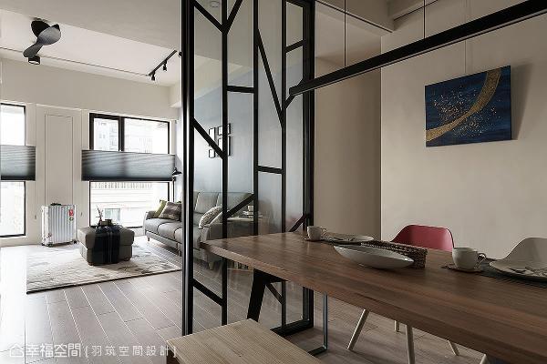 镂空铁件镶嵌玻璃,打造出隔屏造型;结合两扇清玻拉门带来轻松的开阖功能,增加空间使用变化性。
