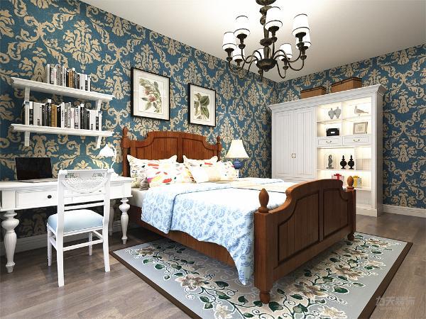 主卧中地面采用实木复合地板,顶面不做吊顶,墙面为壁纸,家具的选择上大床依然是和客厅家具成套的,但书桌和衣柜为白色烤漆,作用同样是调节室内色彩。