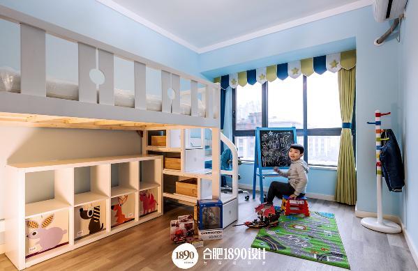 儿童房采用蓝色色调设计,也是图中小主人最爱的颜色,设计了很多的收纳空间,小男孩脸上的微笑不正是童年最美好的样子吗?