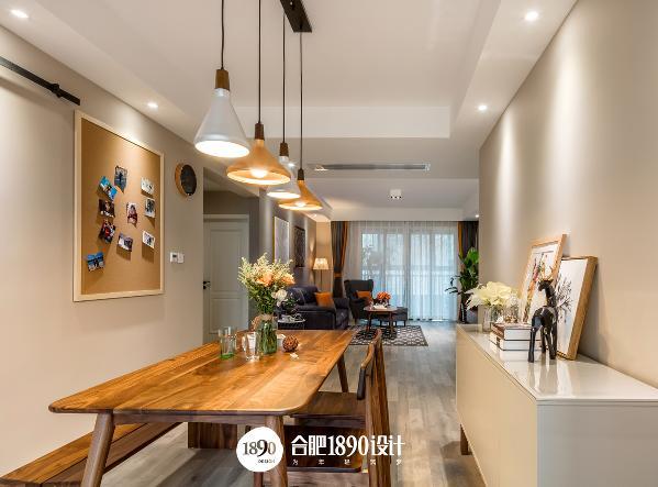 餐桌上方的Tom Dixon灯具,与餐厅环境完美融合,照片墙的设计,也将记录一家人一起生活的精彩片段。