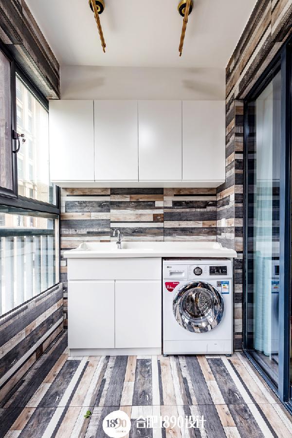 阳台个性的砖纹增加了阳台的空间感,黑白灰及咖色的调调与整体空间颜色也是统一呼应,洗衣机一体柜与上方吊柜,不仅美观还更实用。