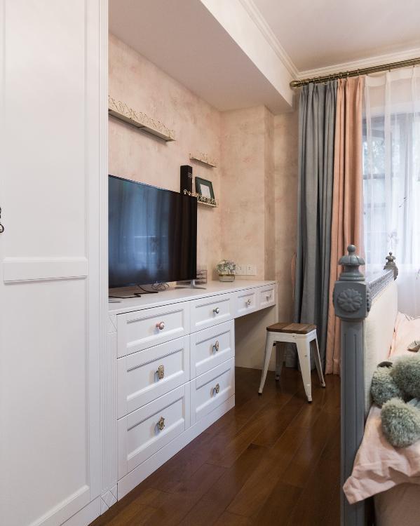 主卧一角 衣柜连接储物柜 一边是电视一边是梳妆台