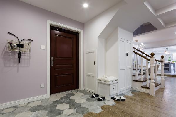 门口的自行车状小篮子既是装饰物 又很实用 平时放放报纸外卖单 门口的大柜子可以收纳鞋子和杂物 最喜欢的还是门口地砖与地板的拼接 活动区域用了温馨的地板 进门区域则是便于打理的地砖 形状与颜色也很美貌