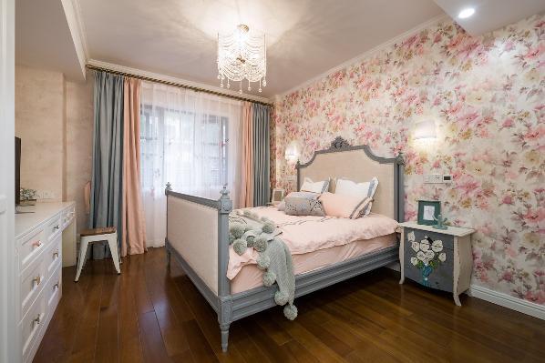 为了配合业主坚持要用的墙纸 整个卧室采用了粉色与灰色的搭配 温柔却不失大气 主卫 带落地浴缸 白色墙裙搭配蓝色乳胶漆 很是清新干净