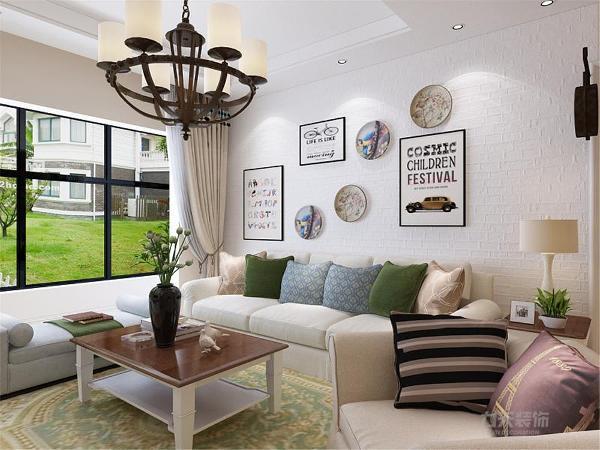 屋内整体采用奶咖色墙漆,吊顶则是采用回型吊顶加筒灯及灯带,客厅的沙发背景则是以白色砌墙砖搭配不规则挂画为装饰,门与餐厅位置则以矮的砌墙砖作为隔断,进行分割。厨房则是以白色吊柜和地柜为主,加大储藏功能