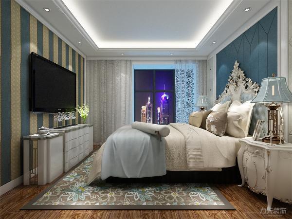 主卧室的床头做了软包的造型,电视背景贴了墙纸,和整体氛围相符合。顶面没有做过多的装饰,简单的石膏线造型。次卧室的床头部分贴了蓝色碎花壁纸,自然而浪漫。