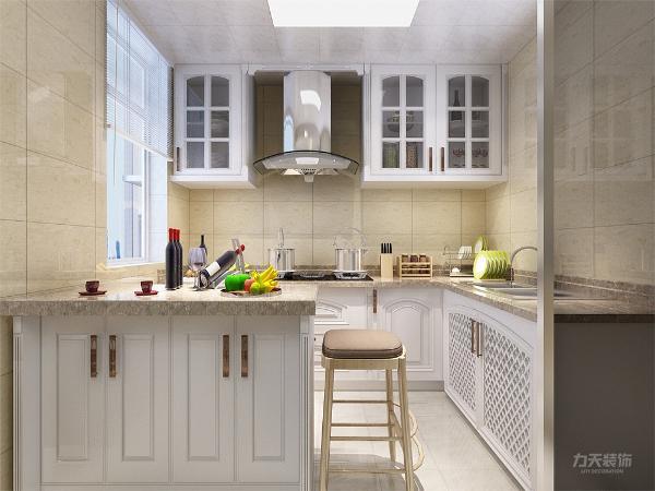 厨房的设计很简单,L型的厨柜,前面放有导台