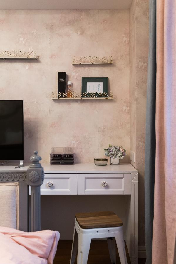 主卧一角小景 墙上的置物架上可以摆放物品 美观又实用