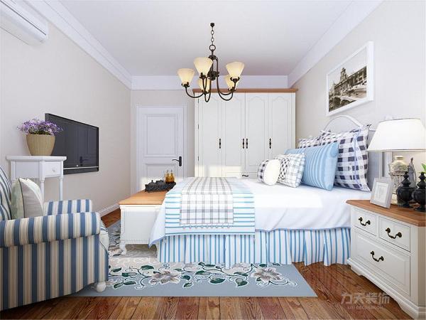主卧以白色和棕色的美式家具为主,蓝色软装配饰,阳光大金屋内使整体温馨舒适,次卧是儿童房,铁质单人床加床头柜,白色书桌,丰富了室内的色彩。