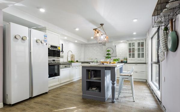 开放式厨房 可以一边做饭一边与家人互动 平时自己几口人时就近在中岛吃饭 窗外就是露台 可以种满植物 就餐环境赏心悦目 双开门大冰箱也是足够满足日常所需