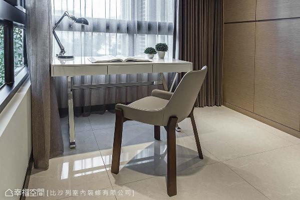 桌椅分别以铁件、木质语汇设计支撑介质,对象冷暖对比,为居家亮点之一。