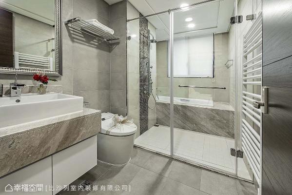 比沙列室内装修有限公司以干湿分离形式设计,并运用清玻隔间延伸卫浴景深,放大空间视觉感受。
