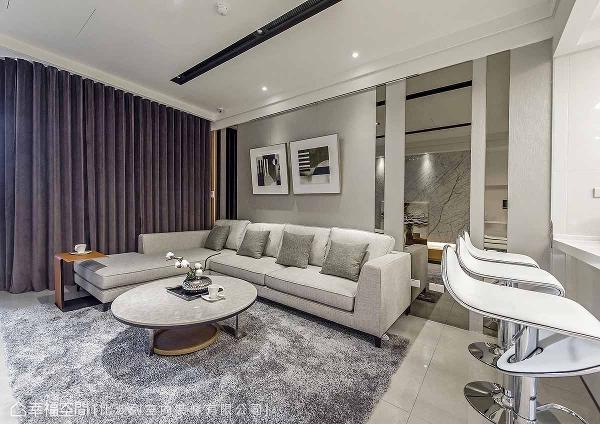 艺术总监张静峰以人文优雅的浅灰色包装空间感受,家俬与陈设的适度妆点,共同形塑高质感客厅场域。