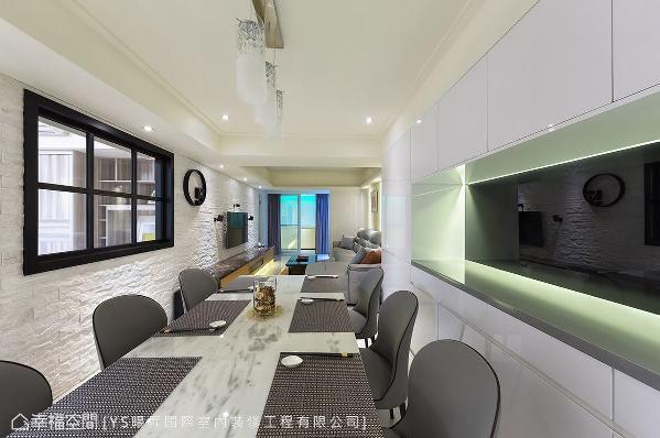 把原有的和室拆除,将公领域尺度完全打开,让光线得以进入室内,解决狭长格局常见的采光不足问题。
