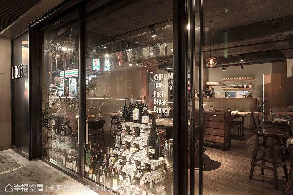 谢张志升与林宗仪设计师在外观规划上,将橱窗装置与黑色实墙上的Logo相映成趣,营造个性化的餐叙空间。