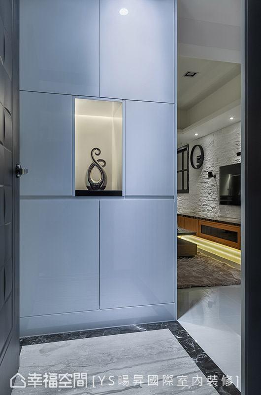 YS旸升国际室内装修以大理石地坪与端景柜界定出迎宾区,简洁利落的视觉,让人一入门就备感放松。