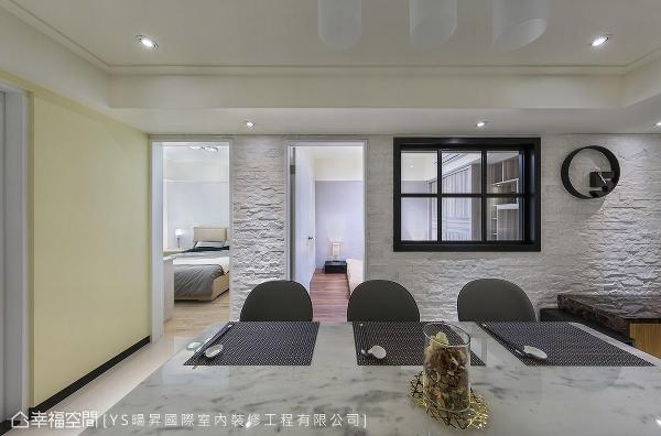 客房位于格局中央,缺少对外的采光面,为避免空间感过于封闭,特别开设格子窗,让房内得以与外界互动。